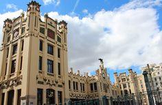 Estació del Nord em Valencia, Valencia A Estação do Norte ( Espanhol : Estación del Norte, Valenciana : Estácio del Nord) é a principal estação de trem em Valência, Espanha . Ele está localizado no centro da cidade ao lado da Plaza de Toros de Valencia , praça de touros da cidade, ea 200 metros da Câmara Municipal. Ele tem ligações com MetroValencia linhas 3 e 5, e da rede de ônibus da cidade.  Esta estação é nomeado após o CCHNE, a empresa ferroviária que construiu e abriu-a em 1917, que…