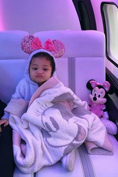 Kylie Jenner Surprised Stormi With an Early Birthday Present — a Trip to Disney World! Kylie Jenner Surprised Stormi With an Early Birthday Present — a Trip to Disney World! So Cute Baby, Cute Mixed Babies, Cute Black Babies, Cute Babies, Baby Kids, Black Baby Girls, 2nd Baby, Mode Kylie Jenner, Trajes Kylie Jenner
