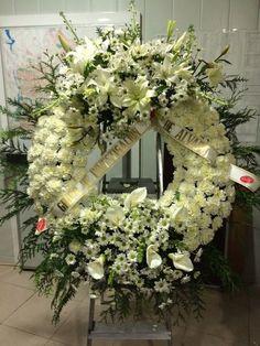 Corona de flores funeraria blanca                                                                                                                                                                                 Más