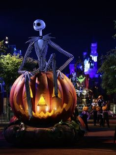 Jack Skellington, Walt Disney World.  Love it, I can haz one?  ;)  Scale it down to fit on my desk, and still light up.