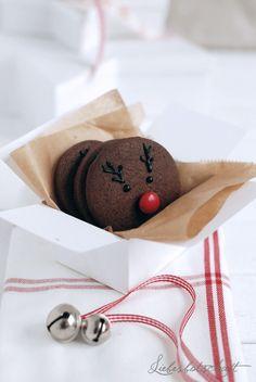 Read this post in english HERE! Pünktlich zum 1. Advent gibt es heute 2 Sorten Plätzchen. Das Besondere daran: beide werden aus einem supereinfachen Schokoladenteig gemacht – ihr habt also nu…