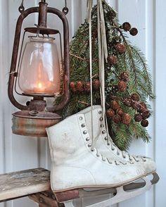 Så enkelt kan en vinterpynt være..en gammel rusten lykt,noen gamle skøyter med litt granbar og lerkekongler... Så har du en dekorativ vinterdekor 👍💛 Fin mandag og 7 minus starter vi med i dag... ❄ #winterdecor#winteriscoming#rusticwinter