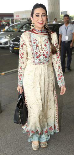 For an event in Kolkata, Karisma Kapoor stepped out in a breezy co-ordinated designer kurta and palazzo set. Simple Pakistani Dresses, Pakistani Dress Design, Designer Party Wear Dresses, Kurti Designs Party Wear, Indian Attire, Indian Ethnic Wear, Indian Wedding Outfits, Indian Outfits, Casual Indian Fashion