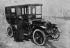 A wonderful view of a chauffeur with c. 1908 Pierce Arrow limousine, with Illinois plate no. 10291. The same number appears on the cowl lamps.