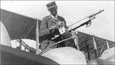 Metralhadora Colt Browning em montagem Lecour Grandmaison em um Caudron G.IV. A caixa transversal acolhe a fita de munição.