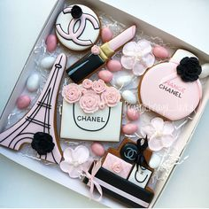 I love thes gift idea from Paris inspired decorated cookies set 😍 It deserves a big LIKE! Mother's Day Cookies, Fancy Cookies, Iced Cookies, Cute Cookies, Birthday Cookies, Cupcake Cookies, Sugar Cookies, Paris Cupcakes, Birthday Cupcakes