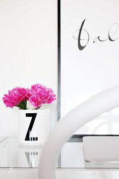 Työpöytä desk homeoffice kotitoimisto ikea vittsjö table ylva skarp balance design letters macbook