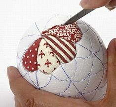 Hanging decorations - DIY home decor - Creative ideas - - A polystyrene egg covered with Vivi Gade fabric. The grooves are cut with an art knife and the pieces of fabric are pushed down into the grooves. Folded Fabric Ornaments, Fabric Christmas Ornaments, Quilted Ornaments, Christmas Sewing, Handmade Ornaments, Diy Christmas Ornaments, Christmas Decorations, Hanging Decorations, Christmas Wishes