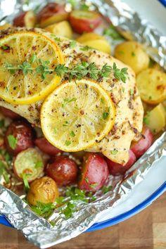Une Papillote de poulet aux citrons et de pommes de terre grelots, ne peut faire autrement que vous donnez un poulet cuit à la perfection. Un souper tout en en, idéalement cuit sur le barbecue, il ne salit aucune surface de cuisson à l'intérieur. Ess