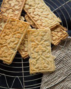 Goro - Beautiful Norwegian Holiday Cookies via Sweet Paul