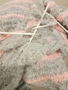Jetzt wird's #flauschig ... #Strickjacke aus #PHILLOLITA in grau und pink von @phildar.  #Stricken #Strickoholics  #doityourself #strick #gestrickt #Wolle #Garn #strickwahn #knitters #knittersofpinterest #strickenmachtsüchtig #strickliebe