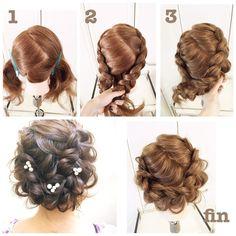 「#hairarrenge * ゆるゆる編みこみ * #アレンジ解説 * ①二つにブロッキングします * ②裏編みこみをして毛先をゴムでとめます * ③所々緩ませ右の毛束が上になるように両方をそれぞれ耳の後ろでピンでとめます * ブロッキングラインが隠れるように髪を引き出して出来上がりです♪♪ *…」