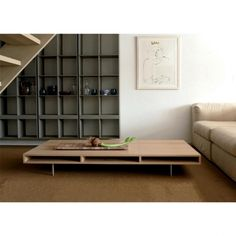 De Meint salontafel van Pilat en Pilat is een rijke toevoeging aan uw interieur. Deze lage en stevige salontafel heeft zichtbare hoekverbindingen in het hout, wat zorgt voor een speels effect.