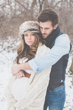 Outdoor Winter Maternity Photos | The Little Umbrella