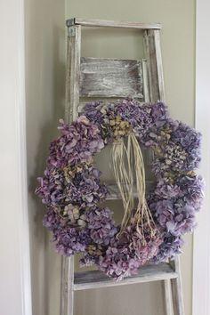 hydrangea wreath & old ladder - Love this decoration Deco Floral, Arte Floral, Hydrangea Wreath, Floral Wreath, Purple Wreath, Lavender Wreath, Diy Wreath, Door Wreaths, Decoration Shabby