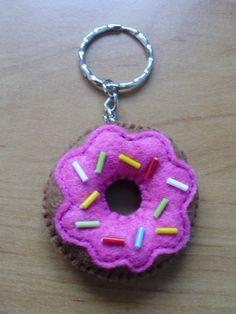 EL MUNDO DE LOS CAPRICHOS: Llavero donut fieltro Homer. Nuevos colores!!! Cute Crafts, Felt Crafts, Fabric Crafts, Sewing Crafts, Diy And Crafts, Sewing Projects, Crafts For Kids, Arts And Crafts, Felt Diy