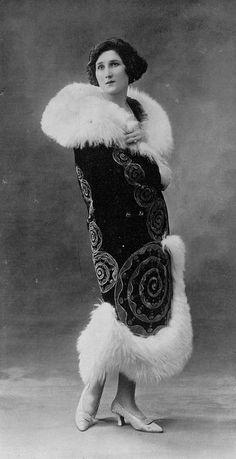 Coat by Émile Béchoff, Les Modes October 1923. Photo by Henri Manuel.