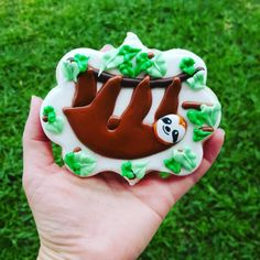 Who doesnt love a sloth? Fun Cookies, Cake Cookies, Sugar Cookies, Cupcake Cakes, Sloth Cakes, Yummy Treats, Sweet Treats, Cookie Cake Birthday, Royal Icing Cookies