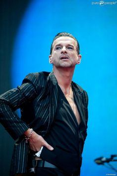 Dave Gahan face à ses fans au concert de Depeche Mode au Stade de France, le 15 juin 2013.
