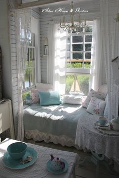 If would want a bd alcove in my tiny house Cottage Shabby Chic, Cozy Cottage, Shabby Chic Decor, Cottage Style, Shabby Chic Interiors, Bed Nook, Cozy Nook, Cozy Corner, Country Look