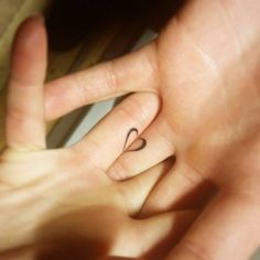 Pequeño tatuaje coincidente de un corazón en los dedos de Federica y de su novio. Artista tatuador: Jay Shin