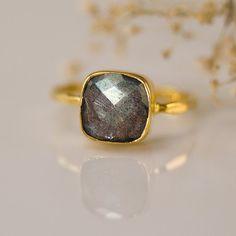 Zilveren labradoriet Ring - kussen gesneden Ring - de Ring van de Solitaire - edelsteen Ring - Ring stapelen - Sterling Silver Ring Beschikbaar in 18K goud Vermeil of 925 Sterling zilver. Selecteer grootte en metalen optie in de drop-down menu. Deze aanbieding is voor de volgende 1 (één)