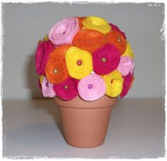un vaso di fiori in pannolenci