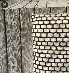 Pude strikket i vævestrikPuden er strikket på pind nr. 4, og opskriften er nemmere, end det ser ud til.Opskriften er særligt skrevet til dig, der enten lige er begyndt at strikke, eller dig, der aldrig har prøvet at strikke vævestrik før.(Men andre må også gerne være med
