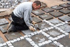 Med en blanding af betonfliser og chaussesten kan du lægge e Nail Art Tools, Outdoor Gardens, Old Things, Hedges, Pergola, Garage, Garden Houses, Outdoor Ideas, Art Art
