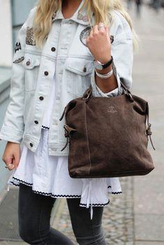 466a592d8970f Die Handtasche aus Wildleder präsentiert sich auf schlichte und elegante  Art und Weise im angesagten Vintage-Look. Gusti Leder