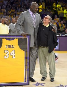 Shaquille O'Neal stood with actor Jack Nicholson after they retired his jersey during the half-time ceremony of the LA Lakers' game against the Dallas Mavericks Basketball Legends, Love And Basketball, Basketball Players, Larry Bird, James Worthy, Lakers Game, Dodgers, Nba Championships, Chris Paul