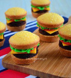 Bekijk de foto van LaurasBakery met als titel hamburger cupcakes, leuke traktatie en snel te maken! en andere inspirerende plaatjes op Welke.nl.