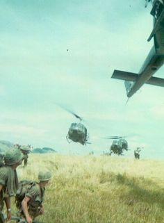 35th Infantry Regiment soldiers await extraction. - Vietnam War