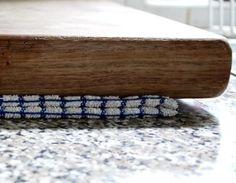 49 -  Los trapos de cocina son más que útiles. Además de secar, sirven para aislar los alimentos en la heladerita portátil y, si se humedecen, incluso pueden hacer que la tabla de cortar sea aún más segura.  Dóblalo, colócalo entre la superficie de trabajo y la tabla de cortar y así evitarás que la tabla se resbale.