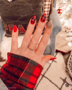 The cutest little buffalo plaid nails 🐃♥️🖤 nails Christmas/Holiday Nails Cute Christmas Nails, Xmas Nails, Christmas Nail Art Designs, Holiday Nails, Christmas Holiday, Christmas Acrylic Nails, Winter Acrylic Nails, Plaid Nail Designs, Halloween Acrylic Nails
