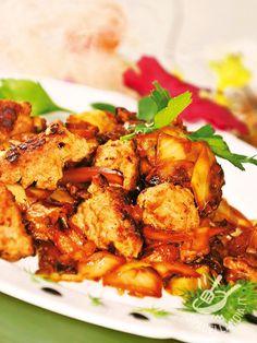 I Bocconcini di maiale con cipolla e peperoni: una ricetta facile facile e gustosissima per preparare un secondo di carne goloso e nutriente.