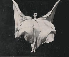 Serpentine Dance circa 1908  (via delicieuxchaos)