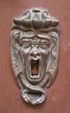 (via (9) Бронзовые украшения дверей из Болоньи   двері вікна оздоблення   Pinterest)