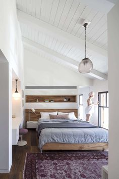 The Charm Townhouse by Meirav Galan Architect Dream Bedroom, Home Bedroom, Modern Bedroom, Bedroom Decor, Tel Aviv, Vaulted Ceiling Bedroom, Vaulted Ceilings, Bedroom With Ensuite, Master Bedroom