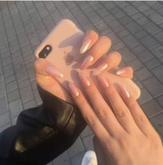 The advantage of the gel is that it allows you to enjoy your French manicure for a long time. There are four different ways to make a French manicure on gel nails. Dream Nails, Love Nails, Fun Nails, S And S Nails, Cute Acrylic Nails, Acrylic Nail Designs, Glitter Nails, Gold Glitter, Fashion Mode
