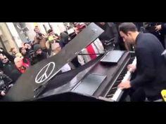 """ATTENTATS PARIS - DAVID  MARTELLO pianiste est venu jouer la chanson """" Imagine """" de John Lennon devant le bataclan . Le lendemain des fusillades meurtrières qui ont causé la mort de 130 personnes à Paris dans la soirée du 13 novembre 2015 , il a simplement installé son piano mobile près de la salle du Bataclan, lieu le plus durement touché par les attaques de la nuit...................."""