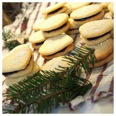 Ihanat herrasväen pikkuleivät ovat saaneet täytteekseen marjaisan puolukka-mustikkamarmeladin. Täältä löytyy resepti suosituimpaan juhlaherkkuun. Cookies, Desserts, Food, Crack Crackers, Tailgate Desserts, Deserts, Biscuits, Essen, Postres