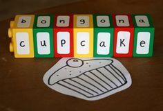 Jouer avec des lettres et des duplo | La cabane à idées