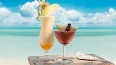 Looking for a tasty and refreshing non-alcoholic drink to serve by the pool? Here's a selection of 4 amazing non-alcoholic summer cocktails you could make at home! Fruity Alcohol Drinks, Non Alcoholic Cocktails, Beach Cocktails, Summer Drinks, Fruity Bar Drinks, Summertime Drinks, Malibu Rum, Blue Curacao, Top 14