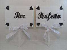 Placas casamento <br> <br>Placa em mdf pintada com tinta latex pva <br>Pode ser aplicado qualquer palavra desejada pelos noivos. <br>Pode escolher a cor e os detalhes <br> <br>Altura: placa 15cm, com suporte para segurar o total fica 30cm Altura; 20cm comp, em MDF 6mm <br> <br>Preço é para duas placa <br>OBS: Preencha corretamente os seus dados e endereço. <br> <br>Devolução ou ainda extravio de encomenda decorrentes de dados passados com erro serão de responsabilidade do comprador.