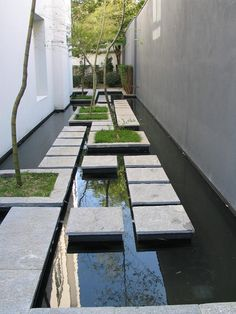 floating slabs make a paved water feature | adamchristopherdesign.co.uk #landscapedesign
