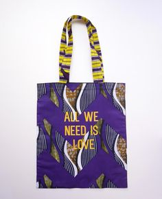 Tote bag en wax coloris violet et jaune, sérigraphié All we need is love coloris orange. Petit logo Goldensimone sérigraphié au dos du sac. de la boutique goldensimone sur Etsy Afro, African Accessories, Bag Accessories, African Jewelry, Mode Wax, Ankara Bags, African Colors, Latest African Fashion Dresses, Fabric Bags