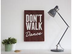 DON'T WALK DANCE - Cartel de madera hecho a mano en Barcelona. Inspira tu hogar y dale un toque vintage con tu Woody.