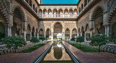 Patio de las doncellas del Palacio de Pedro I, este palacio es una representación tacita de la arquitectura propiamente mudéjar.