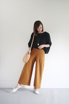 20 Fashionable Women Casual Outfits You Can Rock This Autumn - There is a range of women casual outfits that belong only in autumn. A little bit cozy, a little bit of fashion, here are the best picks to try! Modest Casual Outfits, Casual Hijab Outfit, Elegant Outfit, Girly Outfits, Flowy Pants Outfit, Gaucho Pants Outfit, Uniqlo Women Outfit, Photographer Outfit, Professional Outfits